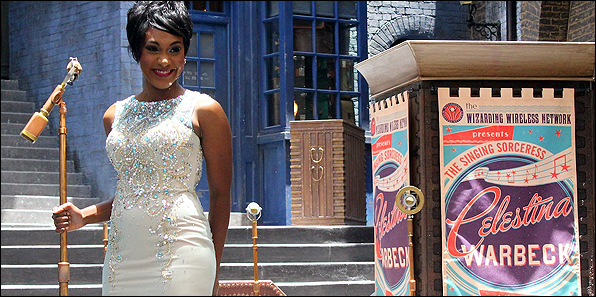 Celestina Warbeck, la cantante strega, al Wizarding World - Diagon Alley